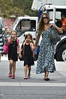 Сара Джессика Паркер ведет близнецов в школу