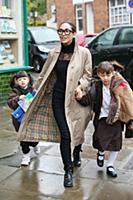Майлин Класс c дочерьми в Лондоне