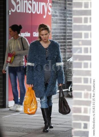 Mandatory Credit: Photo by Beretta/Sims/REX Shutterstock (5225179aa) Renee Zellweger on set at Sainsbury's 'Bridget Jones' Baby' on set filming, Woolwich, London, Britain - 07 Oct 2015