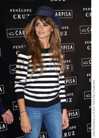 Mandatory Credit: Photo by Alberto Terenghi/REX Shutterstock (5343648l) Penelope Cruz Penelope Cruz promotes Carpisa brand, Milan, Italy - 04 Nov 2015
