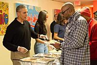 Барак Обама с семьей кормят бездомных в День благодарения