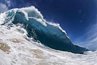 Вид больших океанских волн. Оаху, Гавайи.