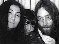JOHN LENNON AND YOKO ONO WITH HER DAUGHTER - 1968