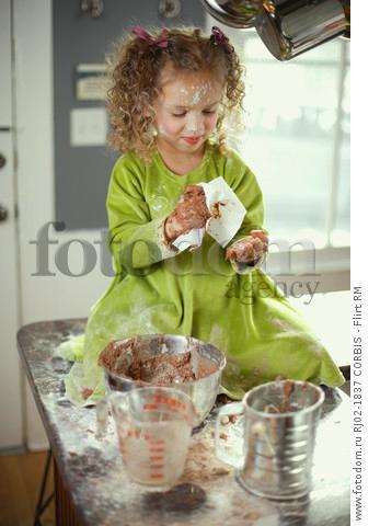 малыш на кухне фото