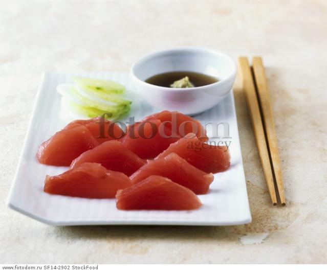 Tuna sashimi with spicy dip