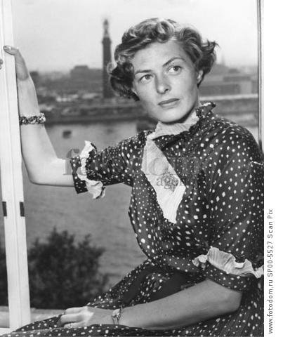 LONDON 1951-07-30. Ingrid Bergman in London. Swedish film actress Ingrid Bergman pictured at the Savoy Hotel, Strand, London, to-day (Monday) when she met an old friend, Swedish tenor Jussi Bjцrling. Miss Bergman has been staying in London with another old friend, film actress Ann Todd, and her every day seen Pia, her 12-year-old daughter by a former marriage. She expects her husband, Roberto Rossellini, to join her soon.  Photo SvT Code 5600