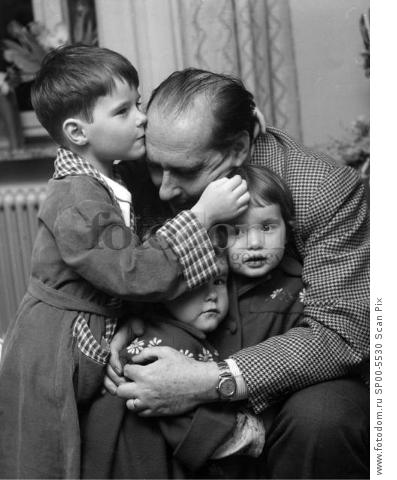 ARKIV 1953.  Italian film dirctor Roberto Rossellini (1906-1977),husband of Ingrid Bergman together with his children  , Roberto, Ingrid och Isabella. Foto: Lo Hertzman-Ericsson Kod.3001 Scanpix Sweden