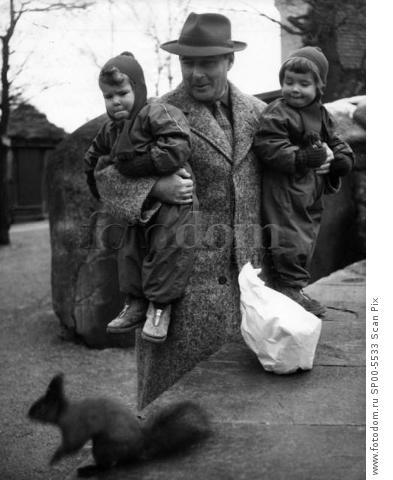 ARKIV 1953.  Italian film dirctor Roberto Rossellini (1906-1977),husband of Ingrid Bergman together with his children  Ingrid och Isabell Foto: Еke Borglund Kod.3011 Scanpix Sweden