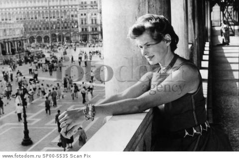Rome 1955 Ingrid bergman is seen during a visit to the St MArcus Square in the Vatican, Italy.  Photo SvT Code 5600