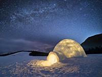 Ночной пейзаж с снежным иглу, под звездным небом.