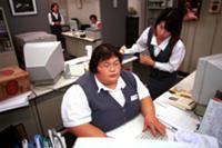 Женщина-борец сумо на работе в офисе, Япония.