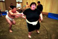 Женщина-борец сумо на тернировке, Япония.