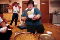 Женщина-борец сумо обедает, Япония.