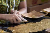 Золото для Будды, Мьянма, 2009. На фото: мастерска