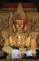 Золото для Будды, Мьянма, 2009. На фото: золотой Б