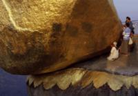 Золото для Будды, Мьянма, 2009. На фото: паломники