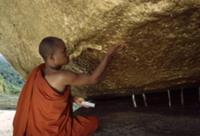 Золото для Будды, Мьянма, 2009. На фото: монах при