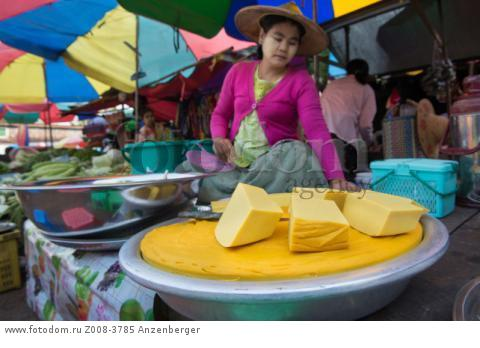 MYANMAR / Kayin State / Hpa-an / Tofu sale on the market