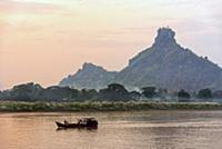 MYANMAR / Kayin State / Hpa-an / Evening mood on t