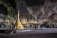MYANMAR / Kayin State / Hpa-an / Buddhists praying