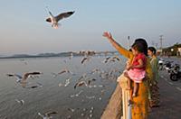 MYANMAR / Mon State / Mawlamyaing / Locals feeding