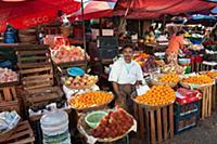 MYANMAR / Mon State / Mawlamyaing / Selling fruits