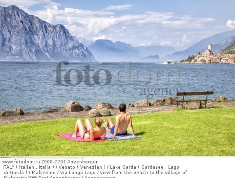 ITALY ( Italien , Italia ) / Veneto ( Venezien ) / Lake Garda ( Gardasee , Lago di Garda ) / Malcesine / Via Lungo Lago / view from the beach to the village of Malcesine  © Toni Anzenberger / Anzenberger
