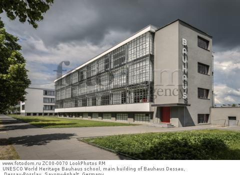 UNESCO World Heritage Bauhaus school, main building of Bauhaus Dessau, Dessau-Rosslau, Saxony-Anhalt, Germany  Для коммерческого использования может требоваться очистка прав. Необходимо уточнение.