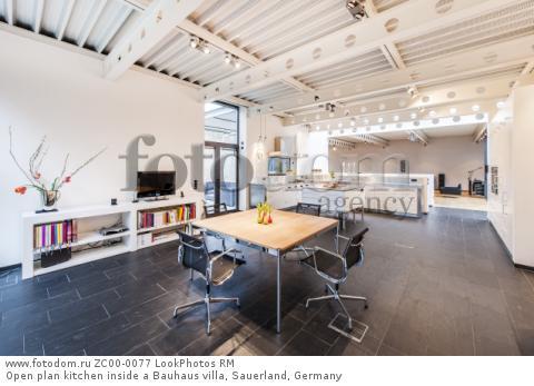 Open plan kitchen inside a Bauhaus villa, Sauerland, Germany  Для коммерческого использования может требоваться очистка прав. Необходимо уточнение.