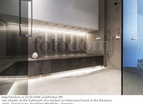 rain shower at the bathroom of a modern architecture house in the Bauhaus style, Oberhausen, Nordrhein-Westfalen, Germany  Для коммерческого использования может требоваться очистка прав. Необходимо уточнение.