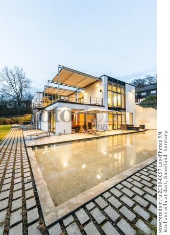 Bauhaus villa at dusk, Sauerland, Germany  Для коммерческого использования может требоваться очистка прав. Необходимо уточнение.