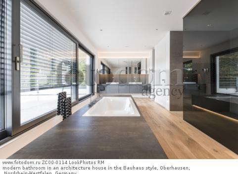 modern bathroom in an architecture house in the Bauhaus style, Oberhausen, Nordrhein-Westfalen, Germany  Для коммерческого использования может требоваться очистка прав. Необходимо уточнение.