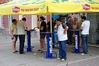 Люди обедают в уличном кафе.