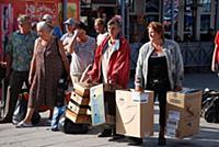 Люди с картонными коробками.