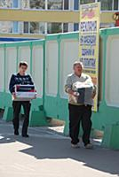 Мужчины несут коробки по улице