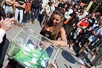 Девушка вытаскивает лотерейный билет из игрового б
