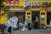 Рабочие выносят мусор из магазина «Евросеть»