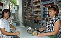Продавец демонстрирует гигантскую зажигалку - суве