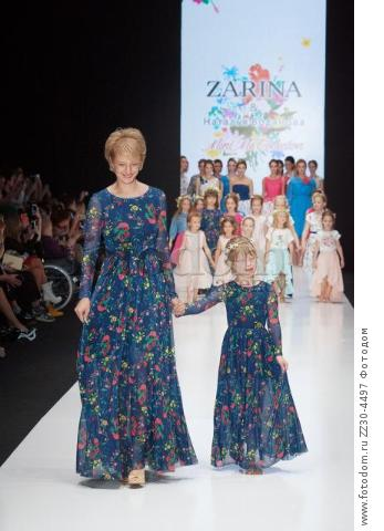 Zarina и Наталья Водянова. Проект 'Мода со Смыслом', 'Mini Me Collection', 'Mercedes-Benz Fashion Week Russia' сезон весна-лето 2015-2016. Россия, Москва, 23 октября 2015 года.