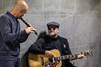 Борис Гребенщиков играет на гитаре в подземном переходе