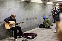 Борис Гребенщиков играет на гитаре в подземном пер