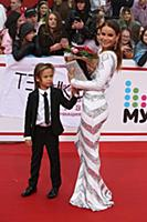Айза Долматова  с сыном. Церемония вручения «Преми