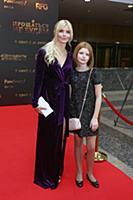 Анна Чурина с дочерью. Премьера фильма «Прощаться