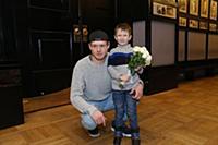 Виктор Хориняк с сыном Ваней. Вручение театральной