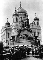 Памятник Александру III у Храма Христа Спасителя