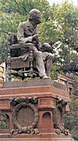 Памятник хирургу Н.Пирогову на Большой Пироговской