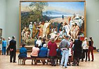 Посетители в одном из залов Третьяковской галереи