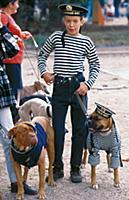 Мальчик и собаки в одежде и с атрибутикой военно-м