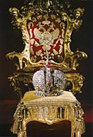 Корона императрицы Анны Иоанновны и царский трон.