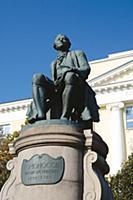 Памятник великому русскому ученому и поэту М.В.Лом